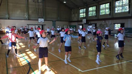 クラウンダンススタジオの小学校でのダンスレッスン
